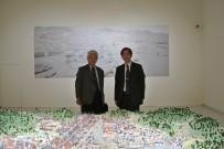 建築学科が出展している台北市立美術館で開催中の展覧会にて(宮城学長・佐藤事務局長)