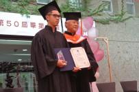 本学宮城学長から賞状と記念品を授与